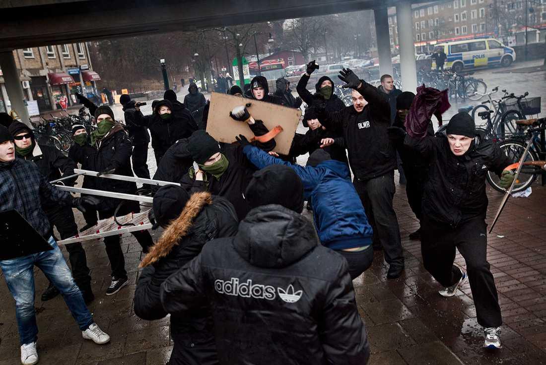 Här syns nazisterna anfalla demonstrationståget.