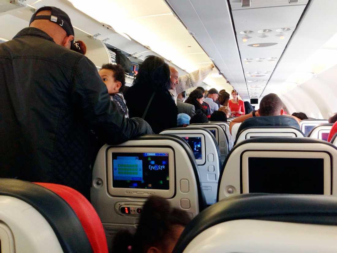 Alla ombord fick kliva av planet igen, berättar Ali Salman, som är en av de som drabbades av flygkaoset.