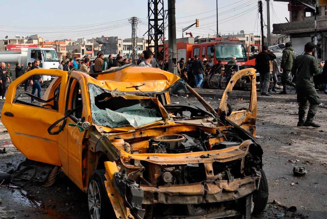 Dubbla bilbomber har skakat Homs i Syrien.