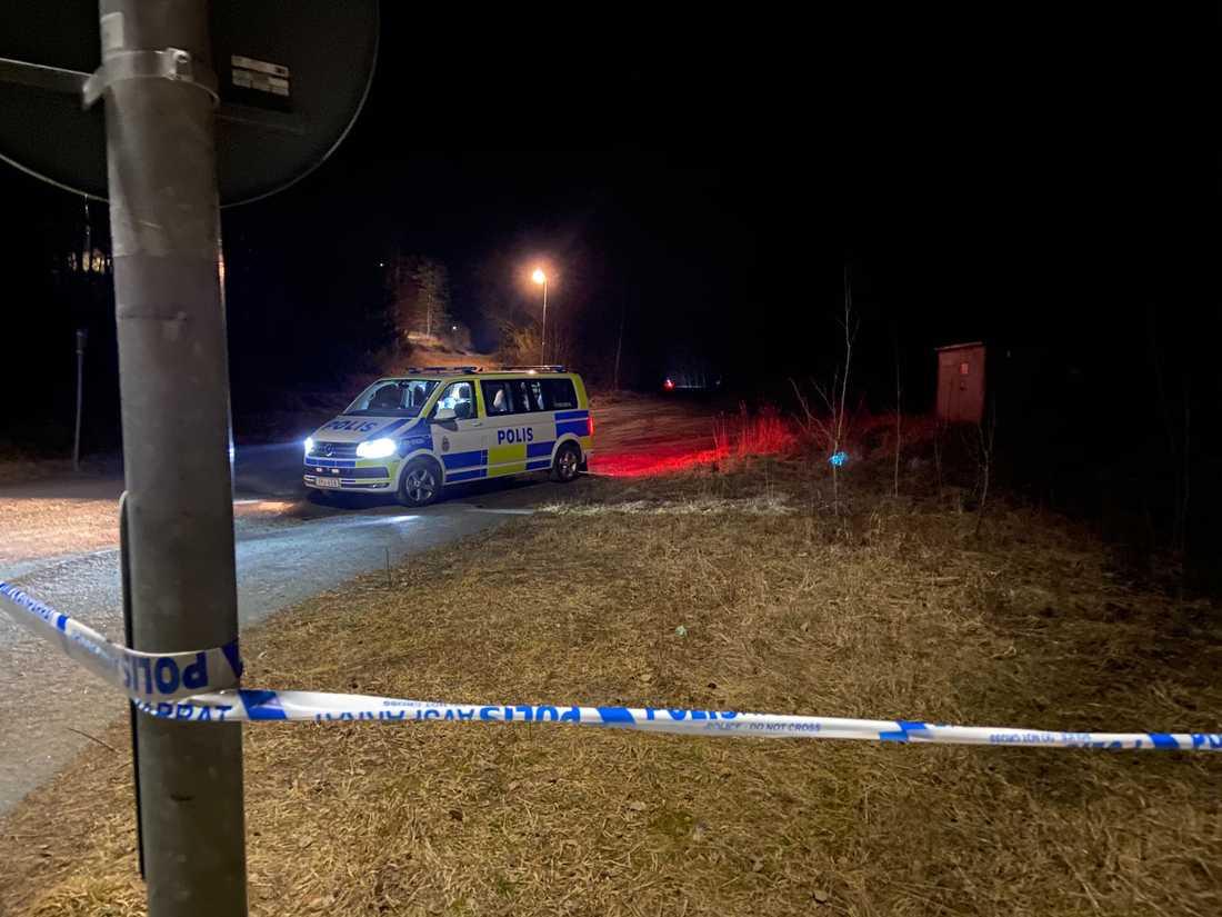 Polisen har gjort stora avspärrningar runt platsen.