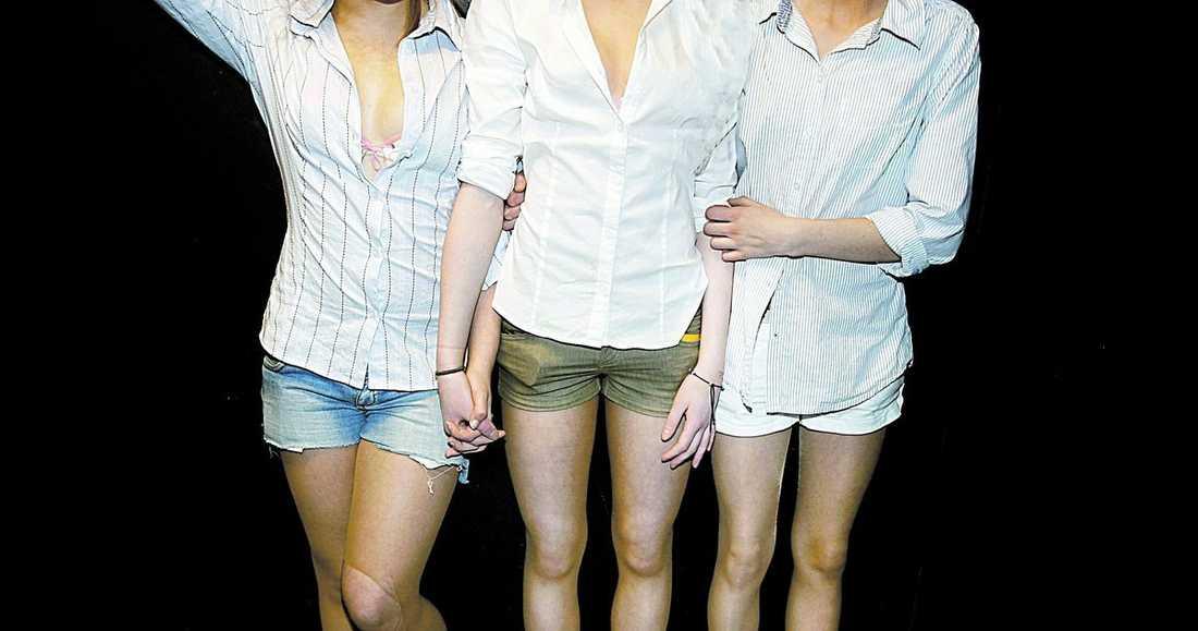 Snygga tjejer som klär av sig