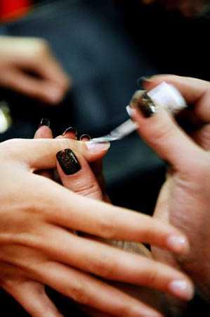Modellernas naglar fick färg.