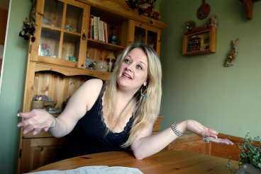 det fattas 10 000 Malin Andersson tvingas ställa in sitt bokade besök hos tandläkaren, det blir för dyrt. Framför henne på bordet ligger räkningen på 9433 kronor - som hon inte kan betala.