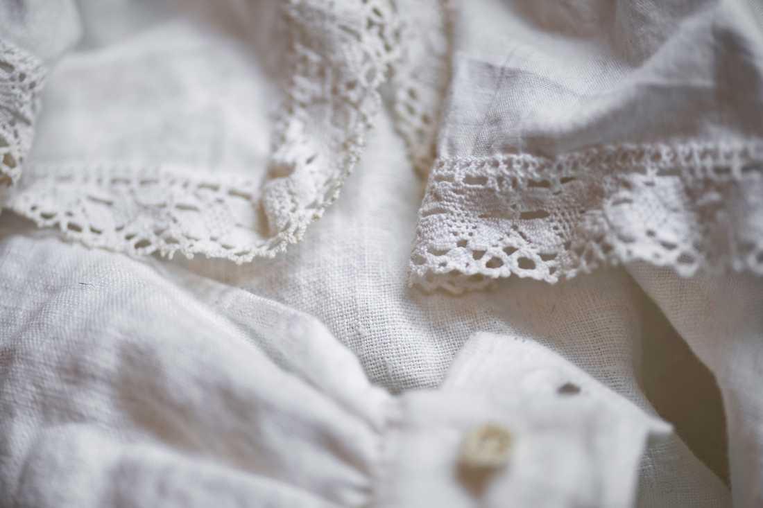 Särken är sydd av linne som Hannah Ströms mormor vävt och spetsarna kommer också från henne.