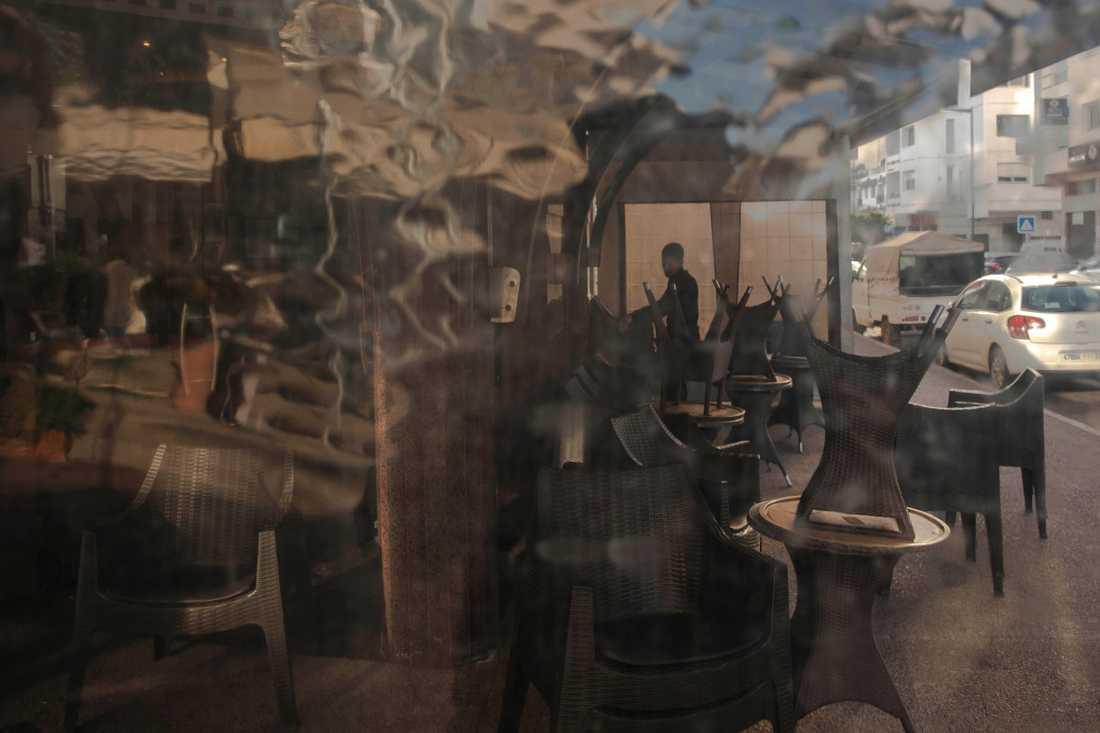 En anställd stänger ett kafé i huvudstaden Rabat i Marocko efter att regeringen utfärdat hårdare restriktioner till följd av coronaviruset.