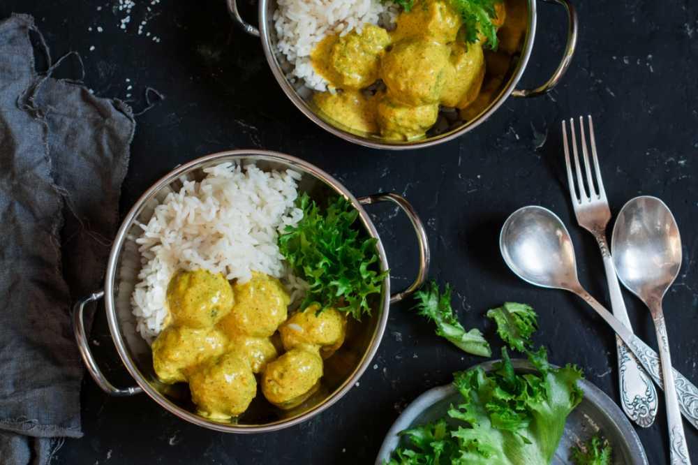 Frikadeller i currysås med ris.