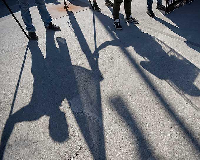 Skuggor av medlemmar i Nordiska motståndsrörelsen under deras tal vid Hamnplan i Visby under politikerveckan i Almedalen.