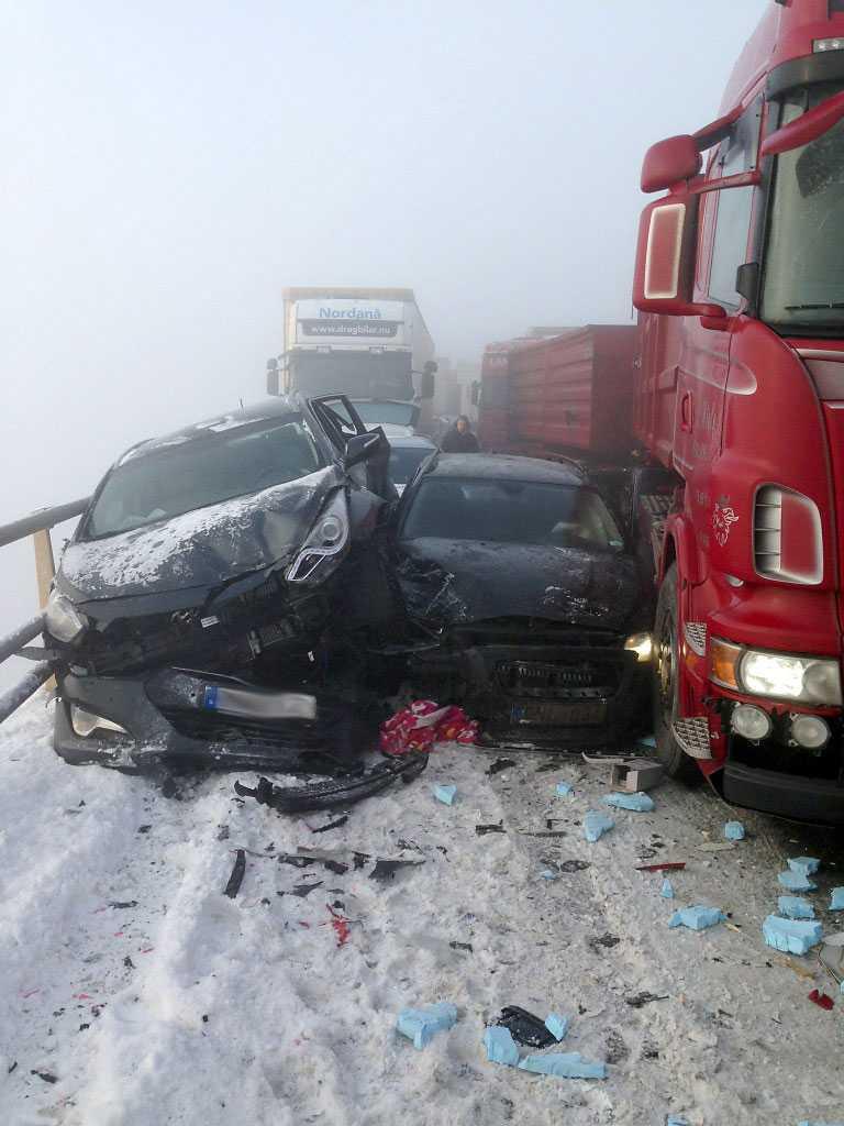 Upp till 50 fordon är inblandade i en masskrock, enligt uppgifter.
