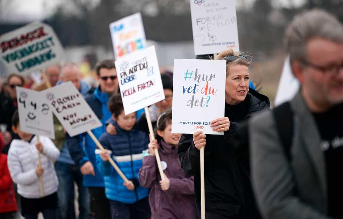 Ett hundratal personer marscherade på lördagen mellan forskningsanläggningarna Max IV och ESS i Lund för vetenskapen.