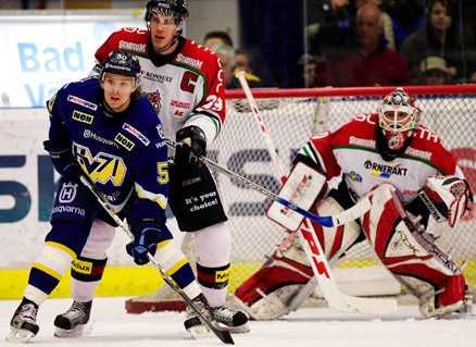 Per Svartvadet håller koll på Andreas Jämtin.