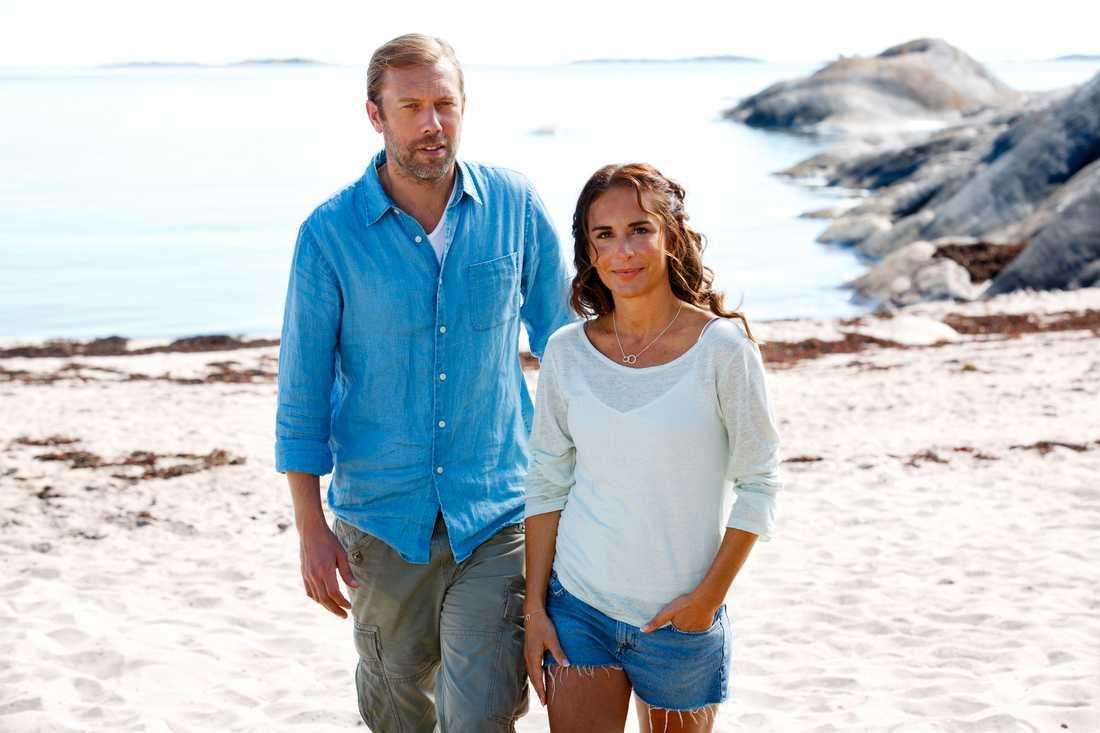 "Jakob Cedergren och Alexandra Rapaport i ""Morden i Sandhamn""."
