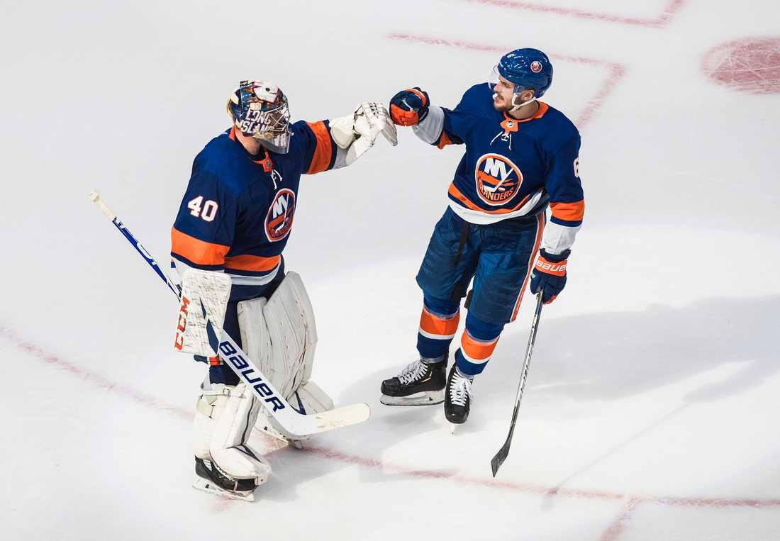 New York Islanders målvakt Semjon Varlamov och lagkamraten Ryan Pulock firar lagets vinst över Tampa Bay.