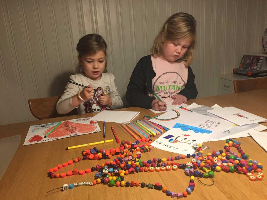 Lillasyster Sophie, 6 år, hjälper till att rita och måla.