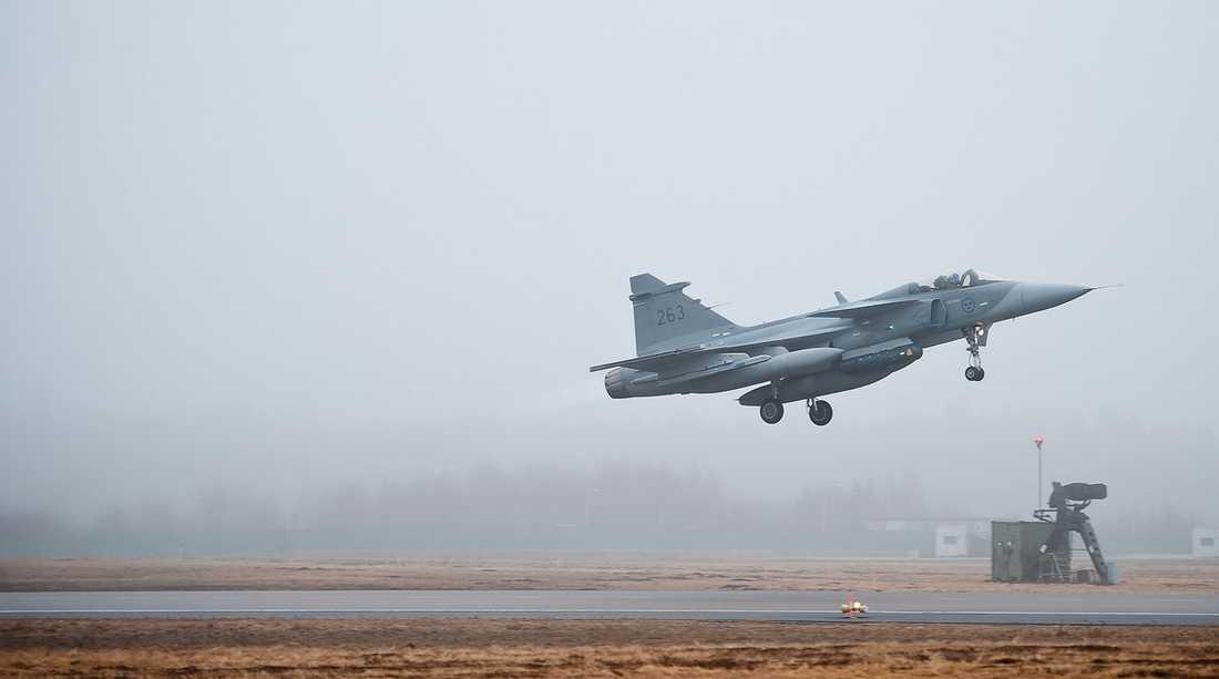 LYFT FÖR JAS? Ett Jas 39 Gripen lyfter från flygfältet i Kallinge mot Italien – och kriget i Libyen.