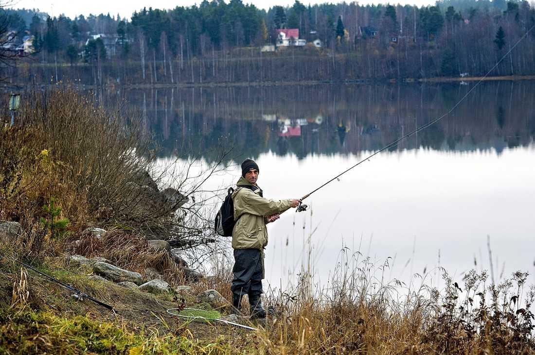 Besim Hrnic fiskar efter gädda och aborre.