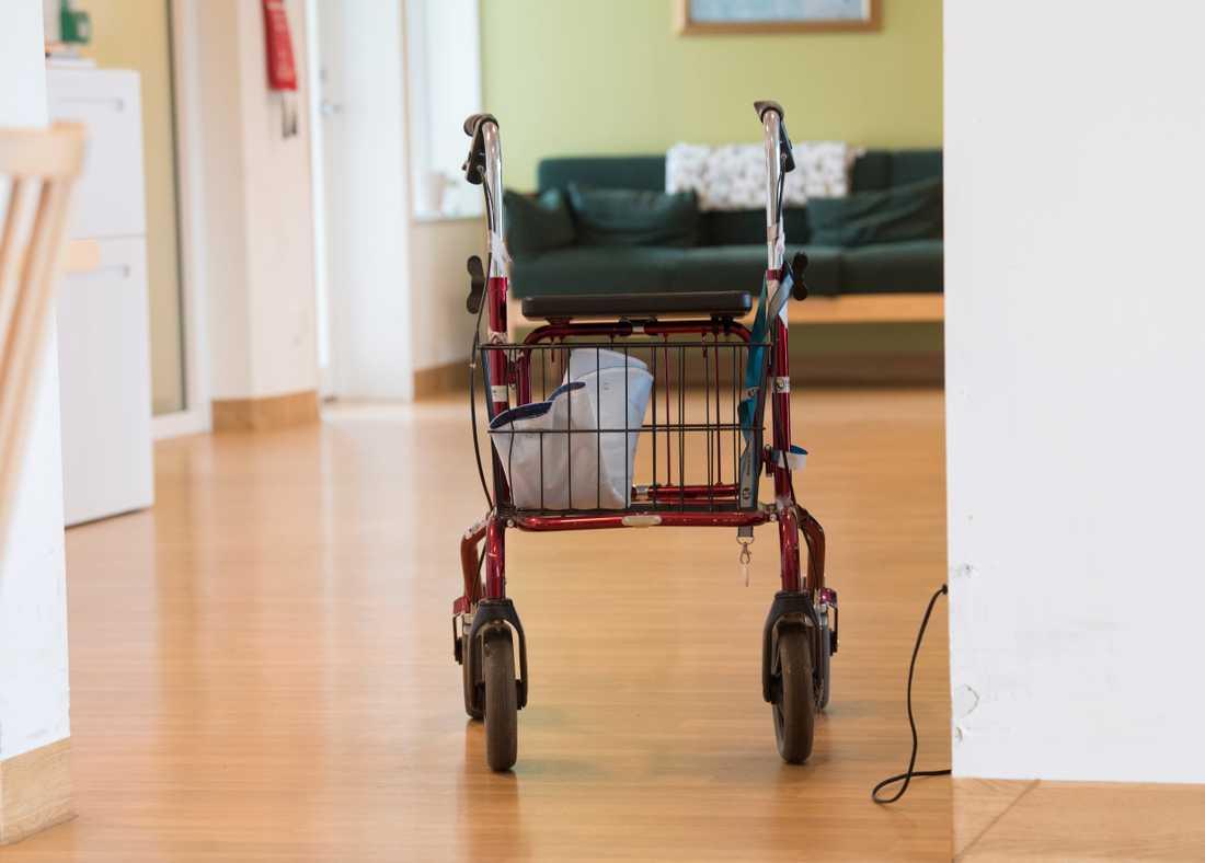 På landets äldreboenden fortsätter människor flytta in, så även på boenden där det finns Covid-19-sjuka.