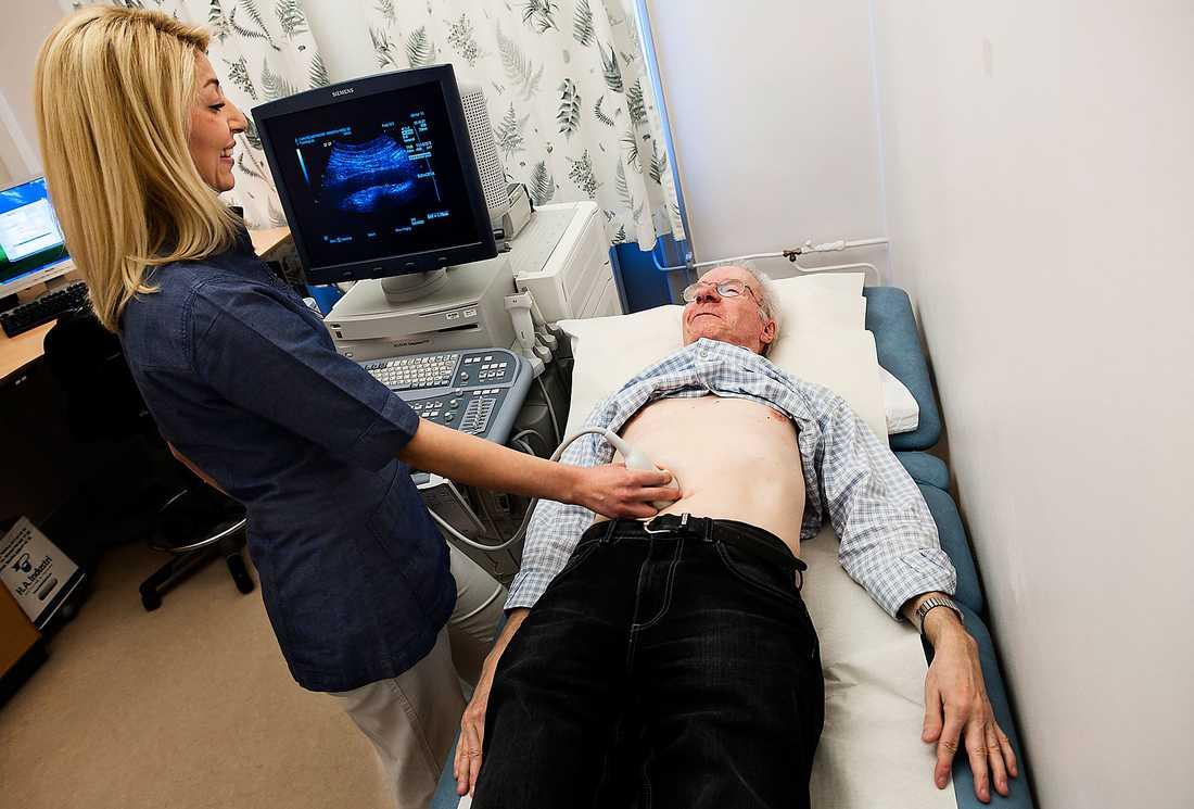 """INGEN TVEkan  Darya Shamdani screenar Jan Palmér, 65, med ultraljud för bråck på stora kroppspulsådern i buken. """"Det är bra med förebyggande hälsovård"""", säger Jan som är helt frisk."""