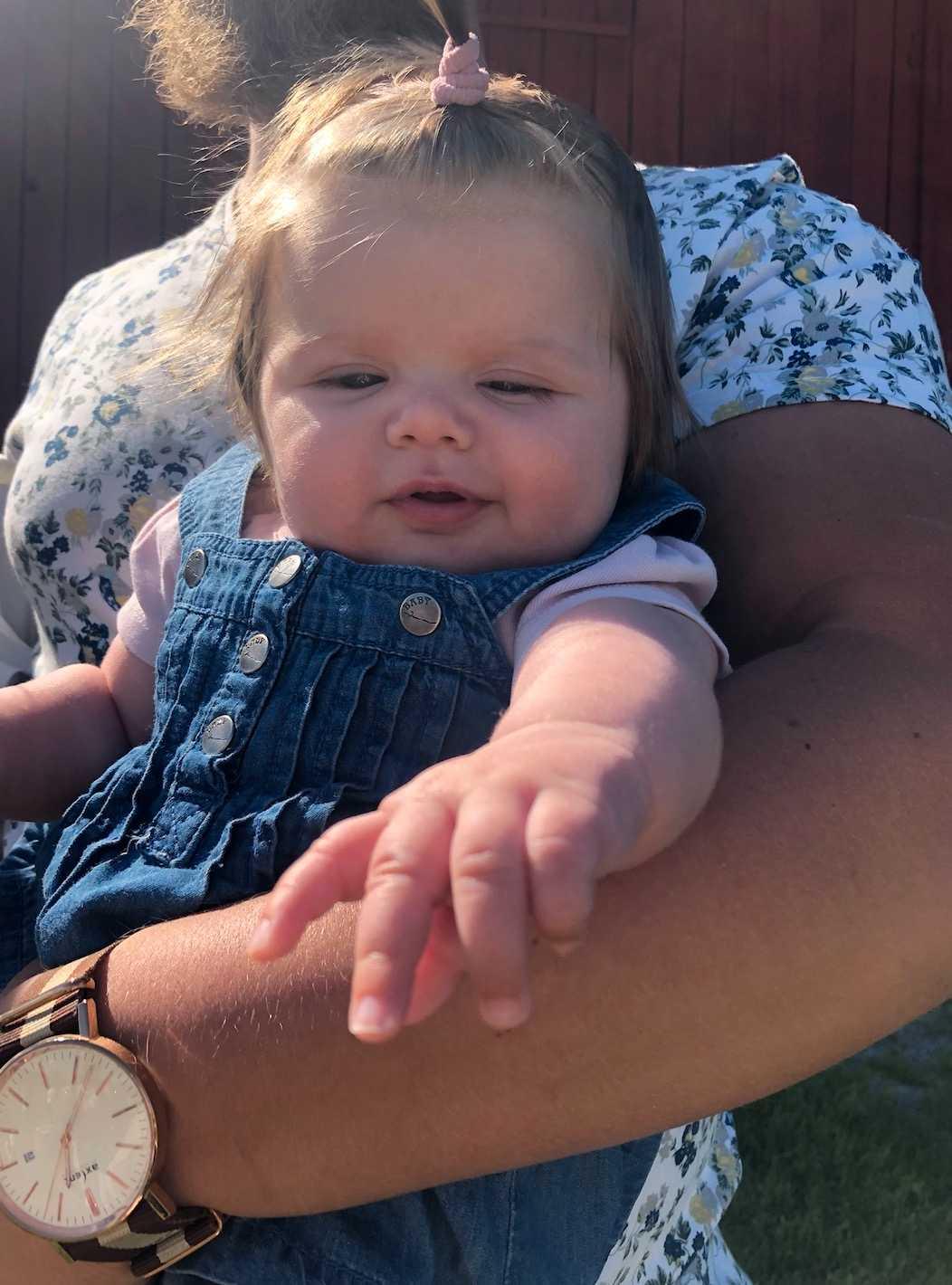 """Johanna Marjamäki från Bålsta: """"Min dotter är i dag tolv veckor och har helt underbart mycket hår, varje person som ser henne kommenterar hennes hår. När hon var en vecka kunde hon redan ha små toffsar""""."""