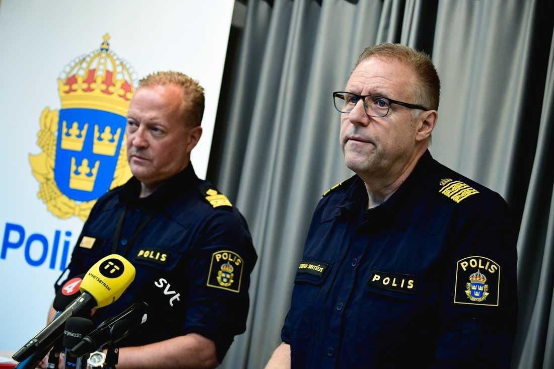 Andy Roberts, lokalpolisområdeschef, och Stefan Sintéus, regional kommenderingschef, håller en pressträff om Operation rimfrost i Malmö.