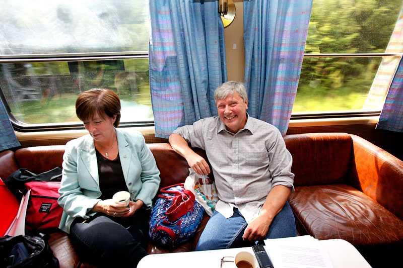 Van tågresenär De grönrödas valturné startar – på tåget mot Göteborg. Mona Sahlin (S) och Lars Ohly, som tidigare jobbat som tågmästare vid SJ.