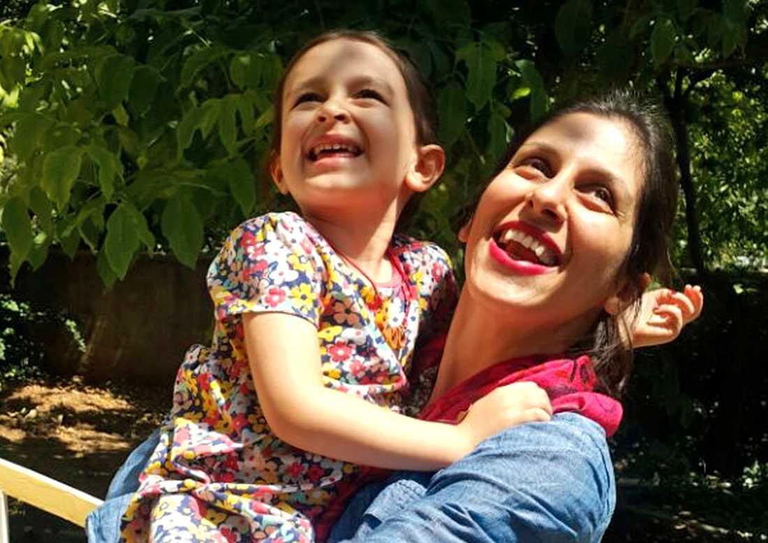 Nazanin Zaghari-Ratcliffe – som på bilden besöker Iran med dottern Gabriella – har tillfälligt släppts från fängelset. Bilden kommer från en kampanjorganisation som verkar för hennes frigivning. Arkivbild.
