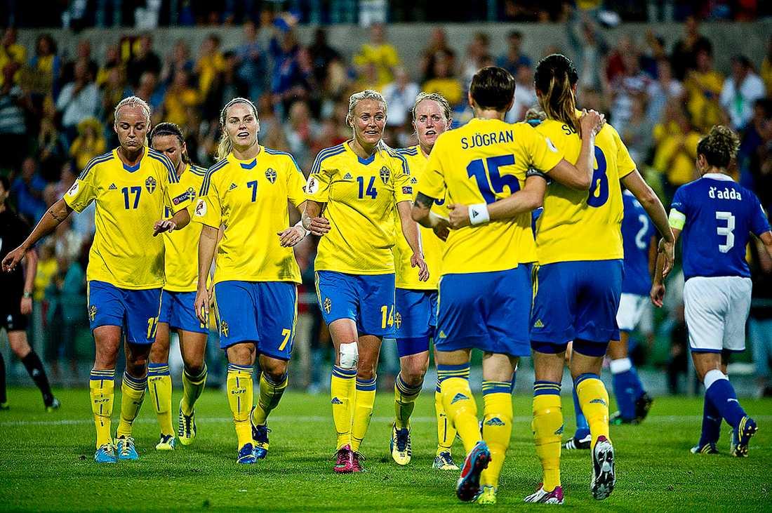 Guld värda Ett lika viktigt landslag. På bilden syns Caroline Seger, Jessica Samuelsson, Lisa Dahlkvist, Josefine Öqvist, Marie Hammarström, Therese Sjögran och Lotta Schelin.