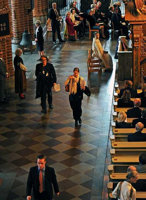 vägrar stanna kvar Kent Ekeroth, Sverigedemokraternas internationelle sekreterare, rusar ut ur kyrkan under biskopens predikan. Resten av regeringen kan bara se på. Efter sin predikan fick Eva Brunne starka applåder.