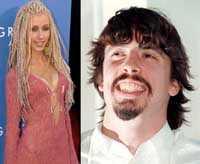 Dave Grohl och Christina Aguilera David Grohl spelade trummor i Nirvana men i dag frontar han Foo Fighter   och har gjort sig känd som en legendarisk brudmagnet. Nu ska dock popsnöret Aguilera ha fått honom på fall. Därför älskar vi dem: Därför att de är som musikvärldens Lady och Lufsen.