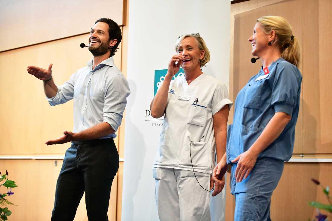 Prins Carl Philip, barnmorska Anna Ståhl och Bismar Wendel - överläkare kvinnokliniken på presskonferensen på Danderyds sjukhus.