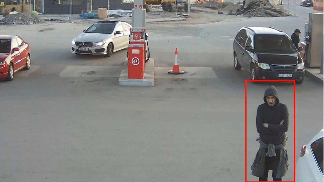 Cirkle K Märsta. Akilov utanför Cirkle K 19:12:30. Han stannar upp och tittar på en parkerad bil.