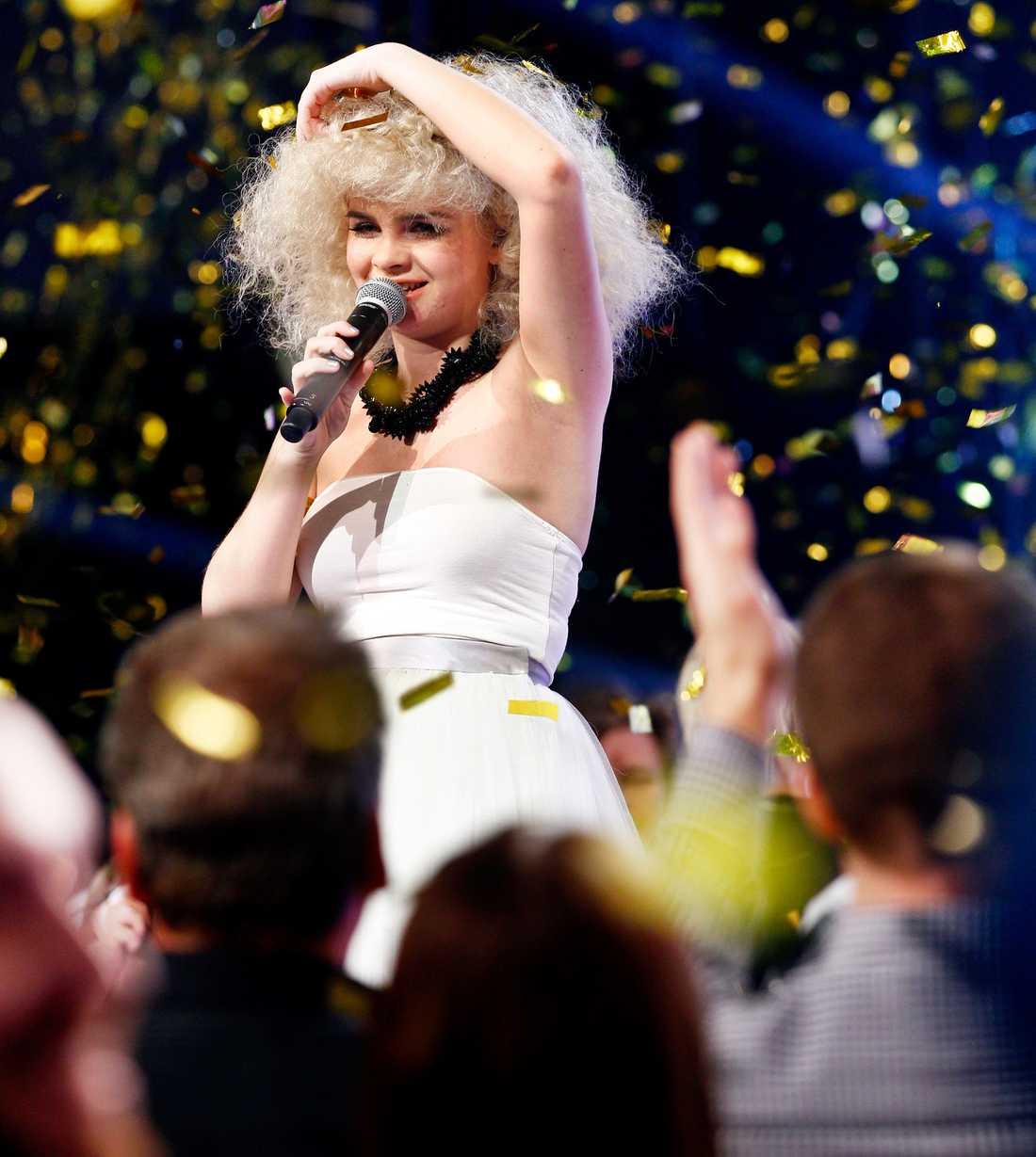 Tårarna flödade på den sista idolen. Sedan vandrade Amanda Fondell ut på scenen, framför tv-kamerorna för att framföra årets vinnarlåt. Eftertexterna började rulla, men festen hade precis börjat.