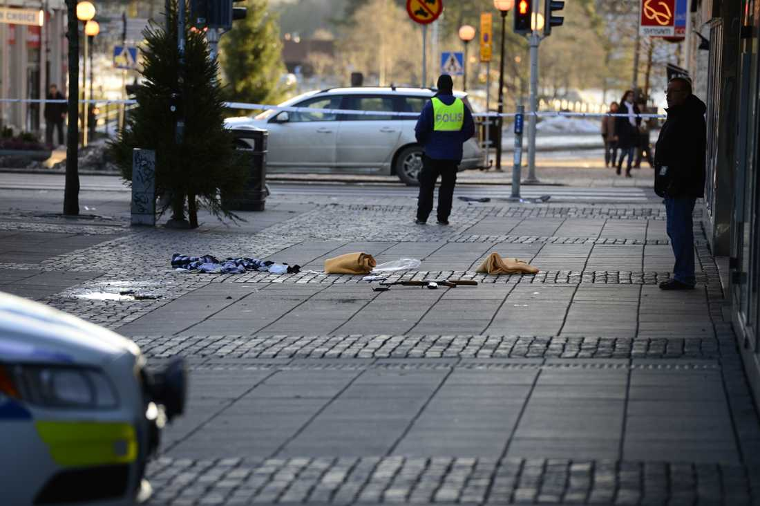 Den skjutne rånarens automatkarbin låg kvar på gågatan efter att han blivit transporterad av ambulans till sjukhus.