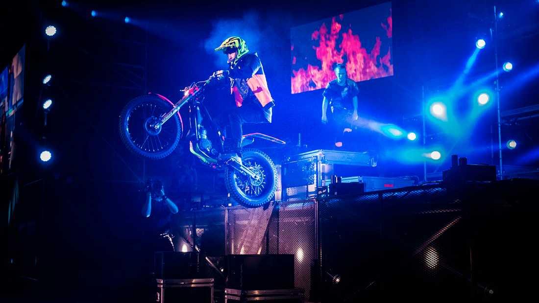 Rackartygarna bjuder på volter och stunts på motorcykel.