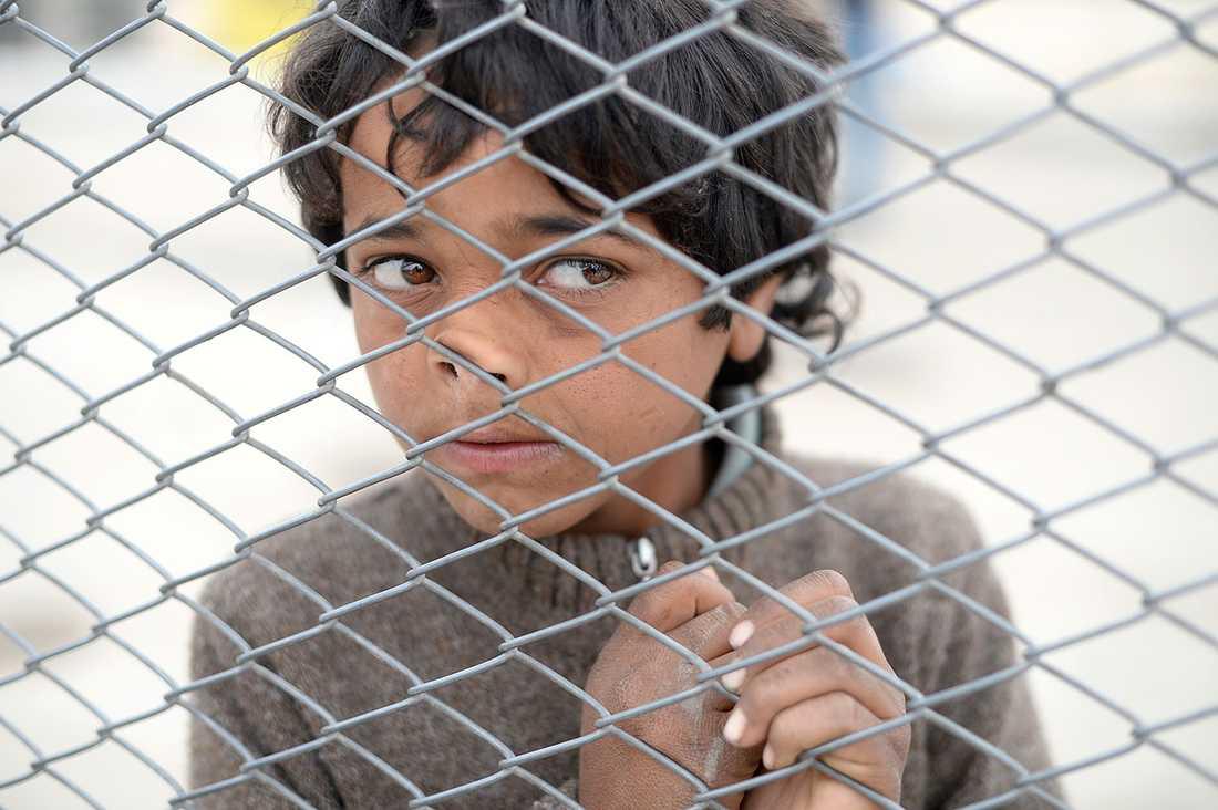 Mohamed, 10, vid Turkiets gräns mot Syrien. Här väntar han på sin mamma och pappa som är fast på den syriska sidan.