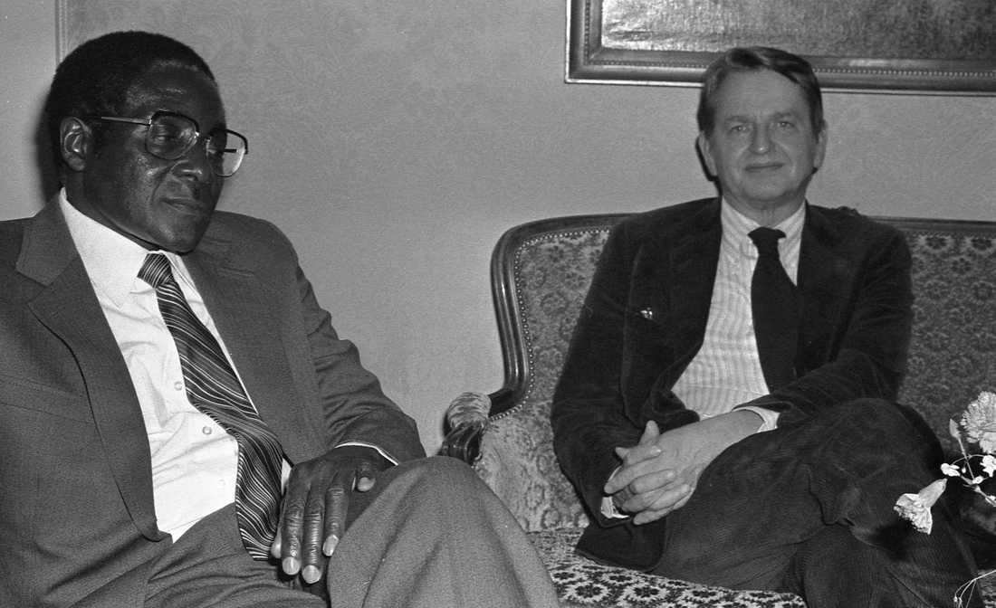 Med Olof Palme 1981. Sverige var en av Mugabes största supportrar under hans beväpnade kamp för svartas frihet och rättigheter.