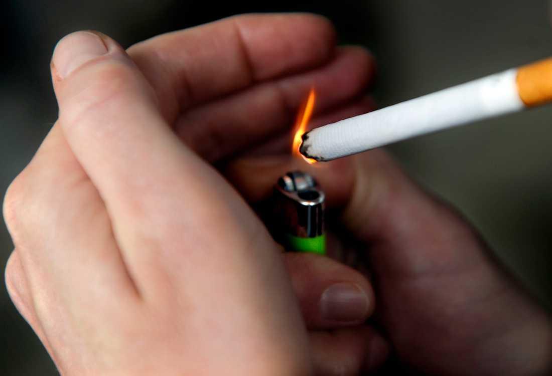 En pappa i Umeåtrakten tvingade sin son att röka och snusa. Arkivbild
