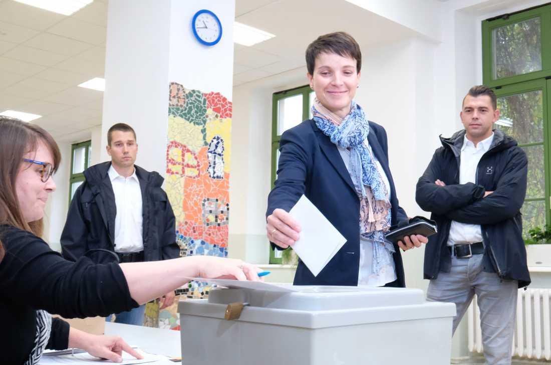 Här röstar Frauke Petry, en av ledarna i högerpopulistiska AfD.