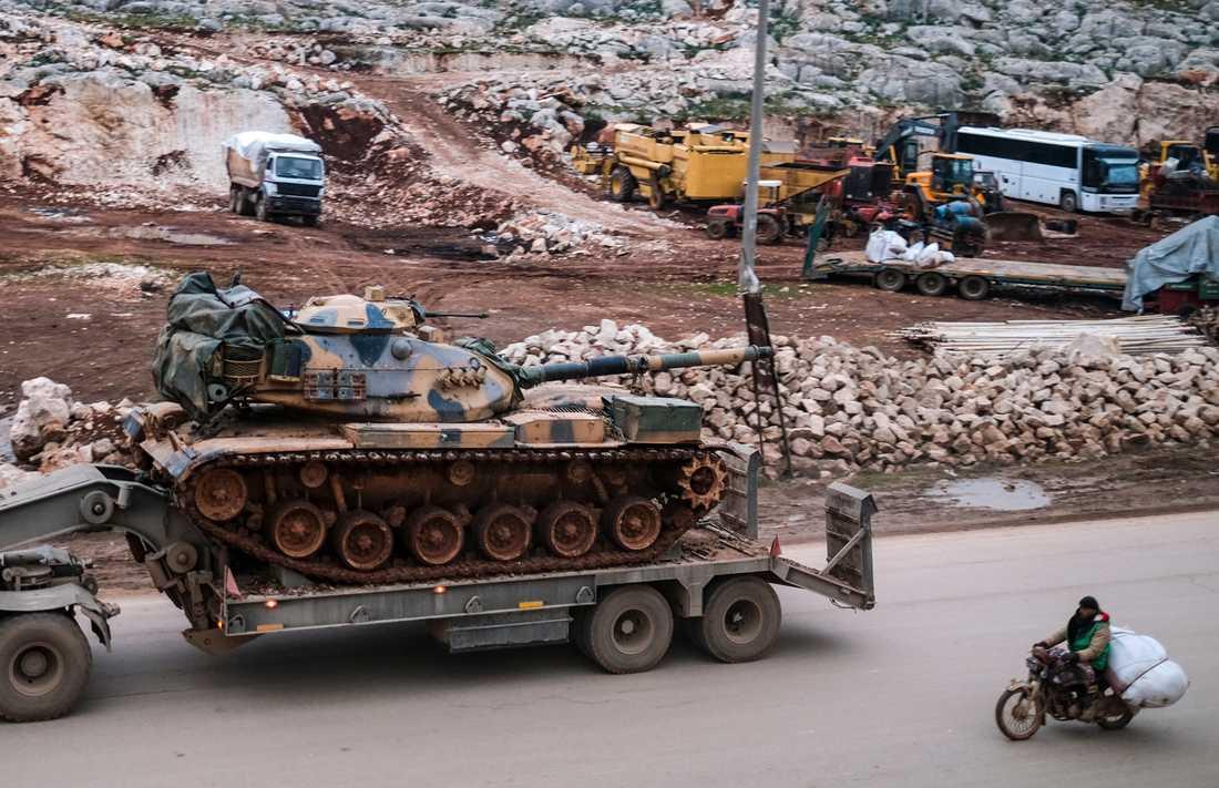 Turkisk militär utrustning körs in i Idlib i norra Syrien. Arkivbild.