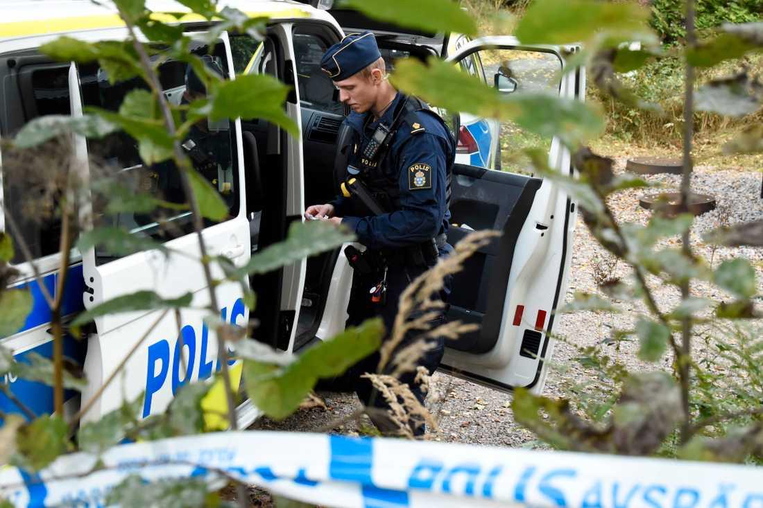 En stor polisinsats pågick i trakterna kring Borås efter att en ung man hittats skjuten.