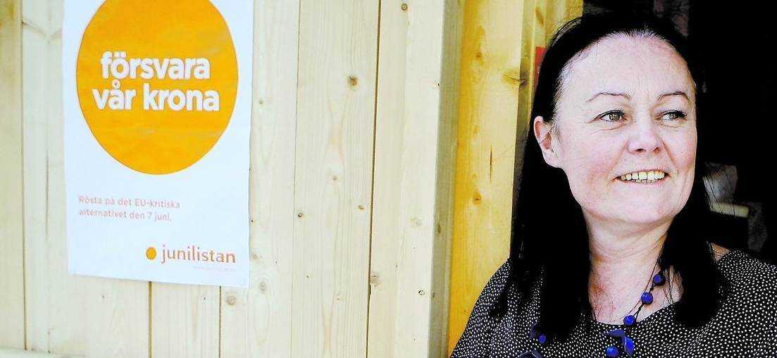 """VI BETALAR DERAS LÖN Junilistans Hélène Goudin berättar gärna hur mycket hon får ut i lön och förmåner. EU:s skattebetalare behövde """"bara"""" punga ut med 3,6 miljoner för att bekosta hennes insats förra året. Snittet bland de fyra svenska parlamentarikerna var 4,2 miljoner."""