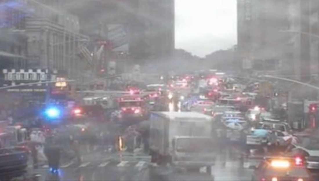 Stort räddningspådrag i centrala New York efter att en helikopter kraschade på Manhattan.