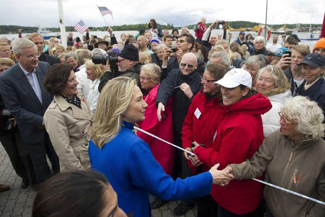 Hillary Clinton hälsar på folk i Vaxholm under sitt besök i Sverige.