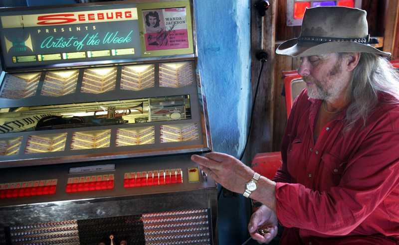 Thomas Lindholm visar upp den gamla jukeboxen av märket Seeburg – en av alla fina inredningsdetaljer.