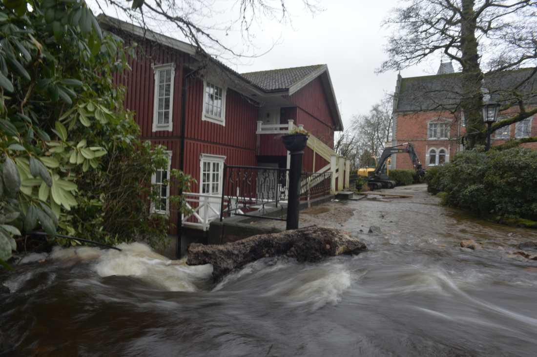 Dammen bredvid slottet hade svämmat över.
