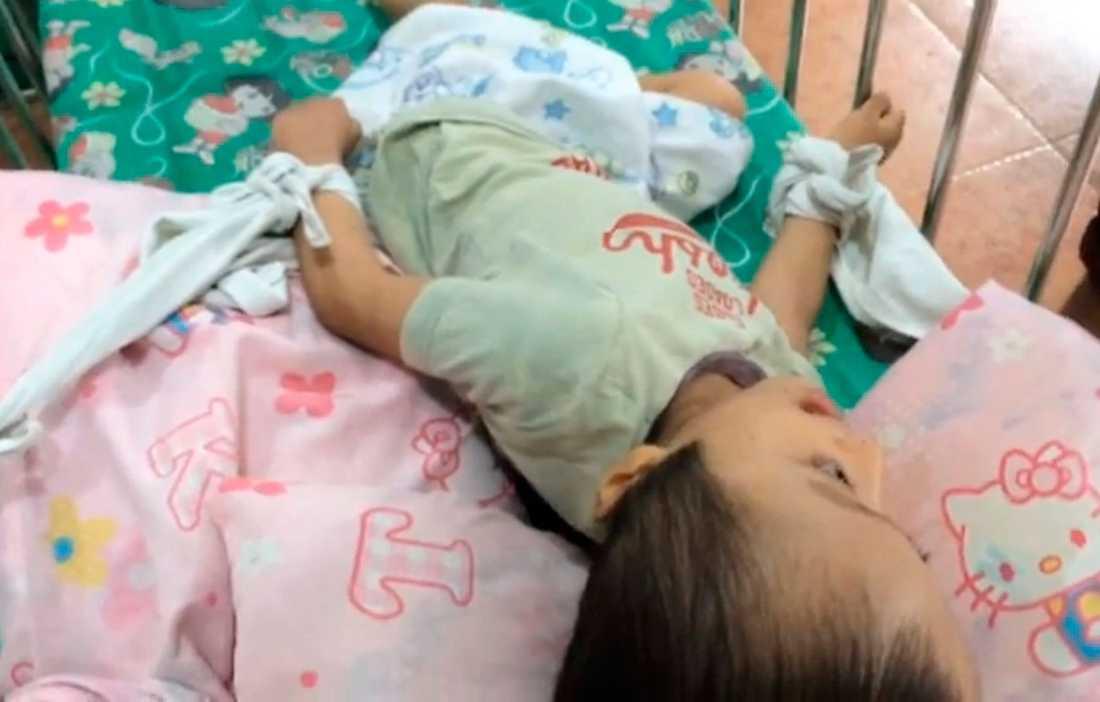 Barnen låg fastbundna i sina sängar.