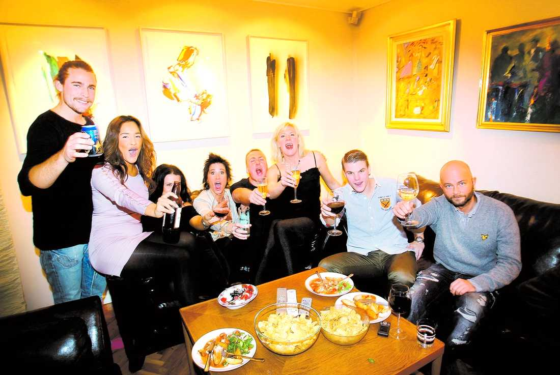 """Simon Stålros, Angelica Höglund, Suzanna Benjaminsson, Susanne Rosencrantz, Anders Sjöström, Sofia Sunnebo, Fredrik Norrström och Jimmy Führ hade samlats hemma hos Anders för att se """"Robinson""""-finalen. Efteråt fortsatte gänget festen på en krog i Stockholm."""