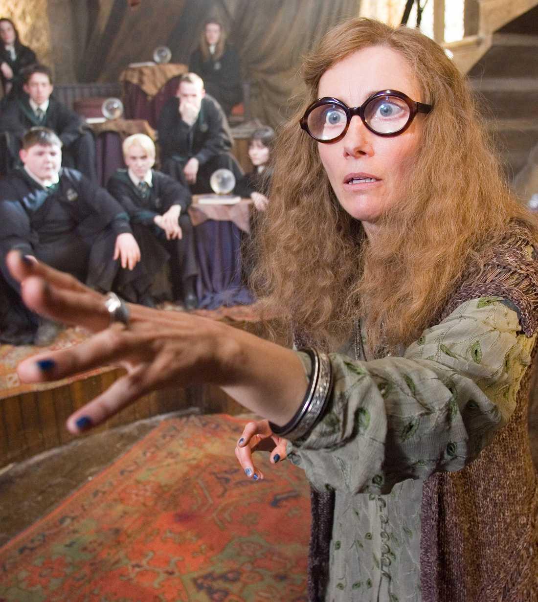 Emma Thompson som Sybill Trelawney
