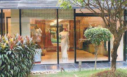 Mitt i Colaba ligger det lyxiga butikskomplexet Courtyard, där de de hetaste indiska modeskaparna säljer sina kläder.