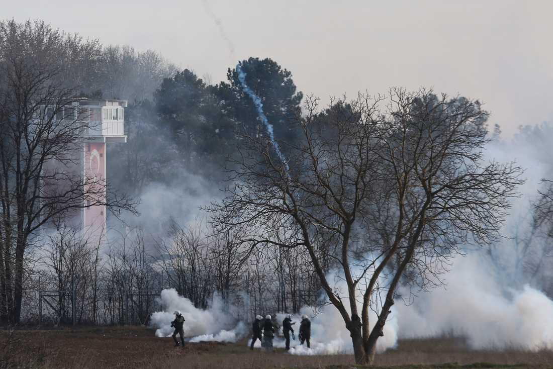 Grekisk polis vid gränsen mot Turkiet i Kastanies på fredagsmorgonen.