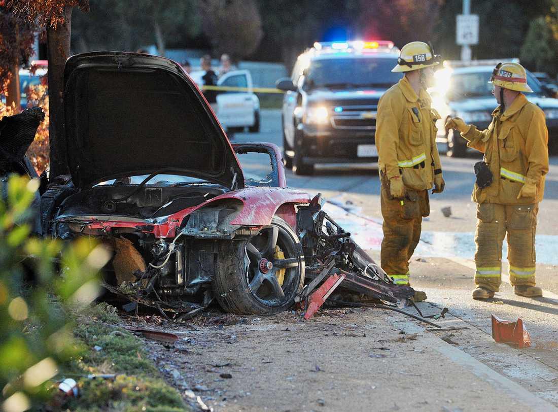Räddningsmanskapet hittade kropparna efter Paul Walker och en annan person när de hade släckt den brinnande Porschen.